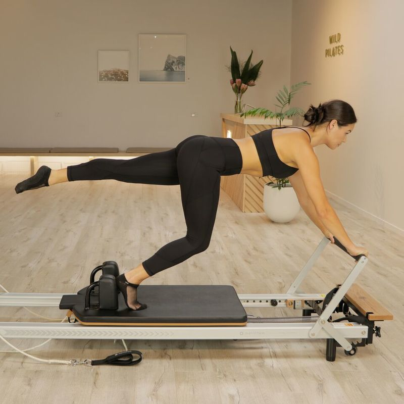 Laura Mohi doing the single leg plank on the Reformer